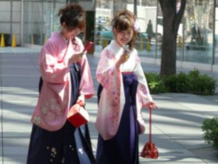 בחורות בלבוש מקומי ביפן
