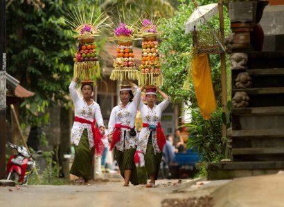 נערות ומנחות באינדונזיה